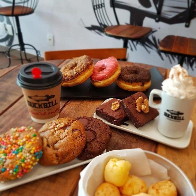 mesa de cafeteria duckbill com cookies café e rosquinhas