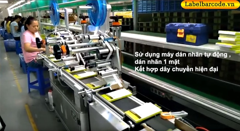 máy dán nhãn mặt phẳng dán 1 mặt kết hợp sử dụng dây chuyền hiện đại