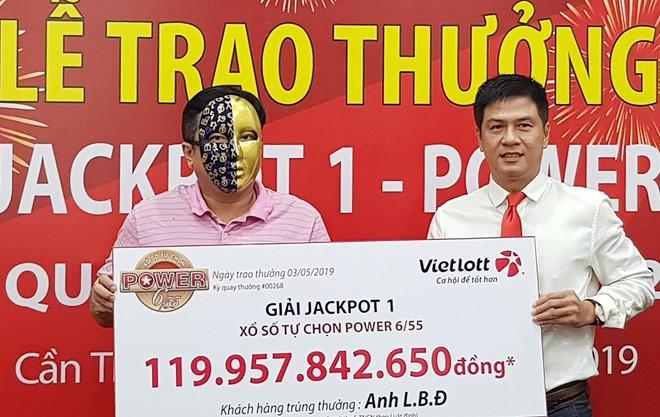 Khách hàng Cà Mau lĩnh thưởng gần 120 tỷ đồng xổ số Vietlott