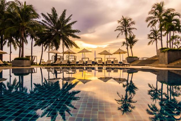 Imagen de la piscina de un hotel que ilustra el concepto de como conseguir el mejor precio de hotel
