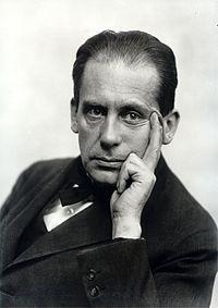 https://upload.wikimedia.org/wikipedia/commons/thumb/b/b5/WalterGropius-1919.jpg/200px-WalterGropius-1919.jpg