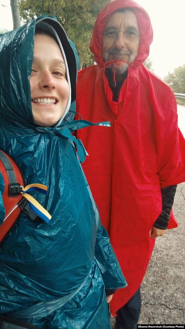 Виряджені у дощовики, готуємося зі Штефаном до підйому у гори
