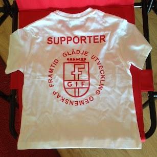Vit t-shirt i bomull med rött tryck på ryggen. Pris 99:-