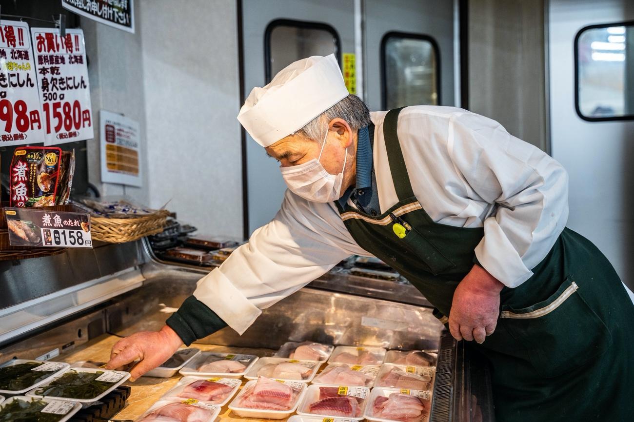 キッチンでピザを作っている男  低い精度で自動的に生成された説明