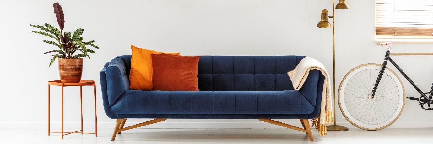 Uma imagem contendo sofá, mobília, interior, assento  Descrição gerada automaticamente