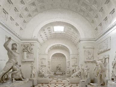 Immagine che contiene interni, edificio  Descrizione generata automaticamente