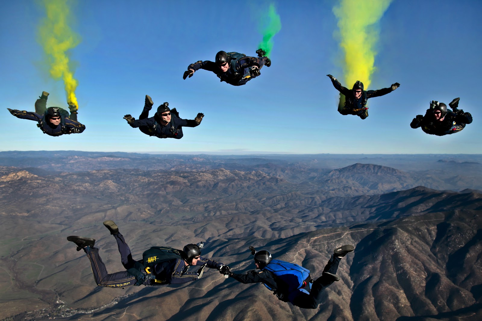 california-parachutists-skydivers-flares-70361.jpeg