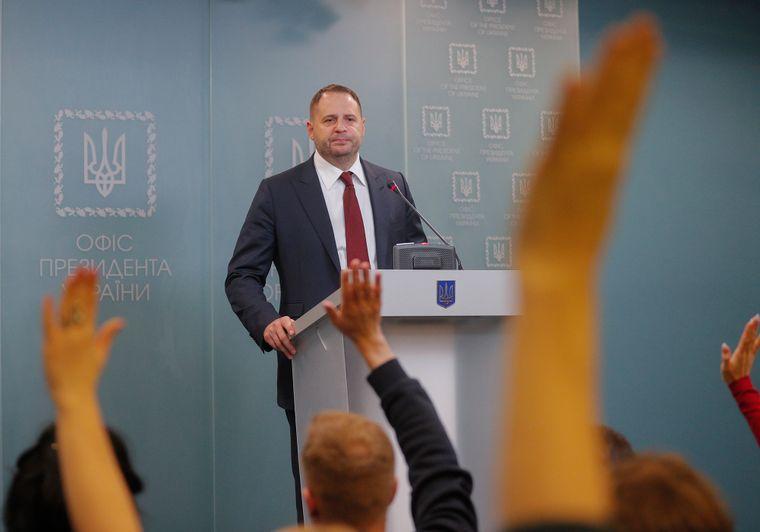 Андрей Ермак отвечает на вопросы журналистов на одной из пресконференций в Офисе президента