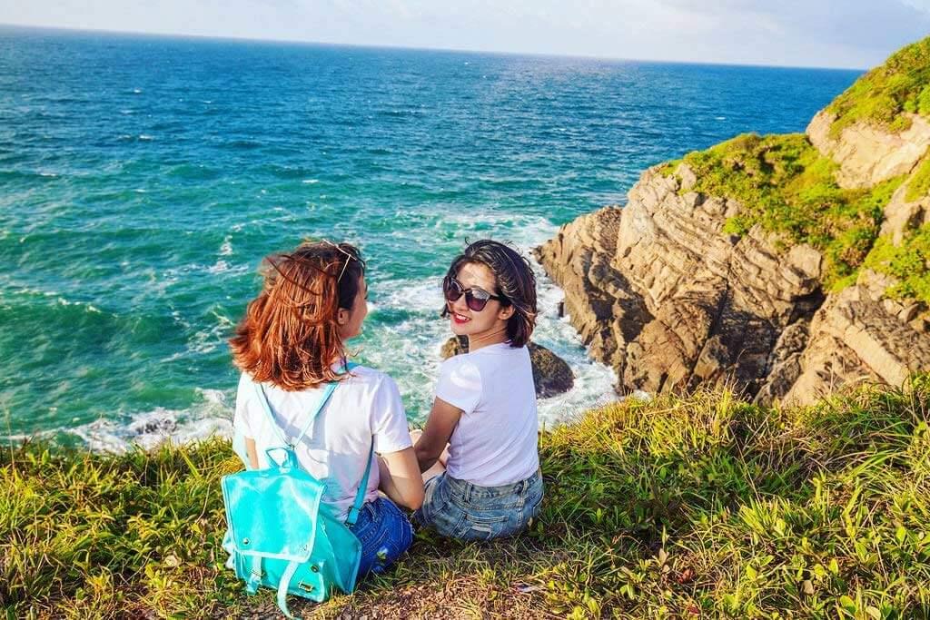 Vẻ đẹp hoang sơ cùng làn nước biển trong xanh của đảo Cô tô