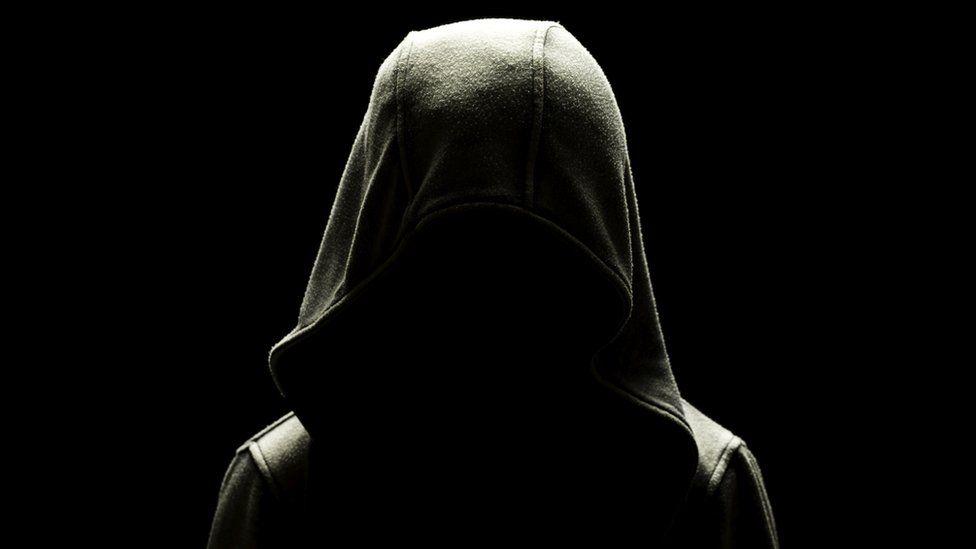 Un niño con la cara oscurecida