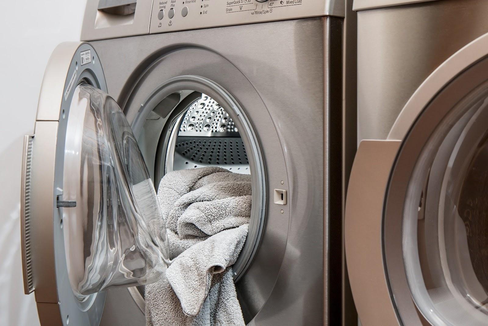 Handdoeken die uit de wasmachine hangen