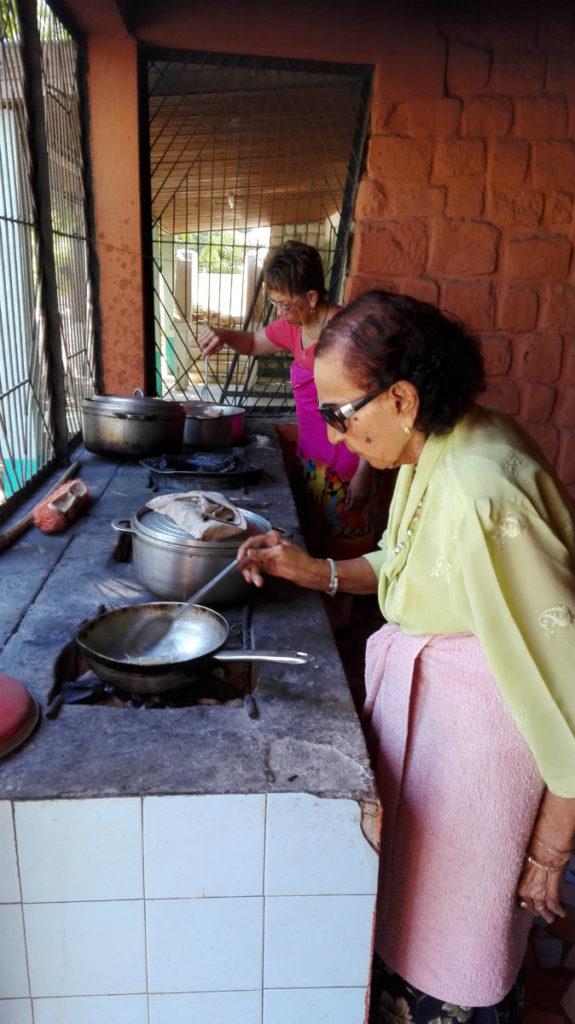Deux  générations cuisinant ensemble: ma grand-mère et ma mère à Madagascar résolutions saines