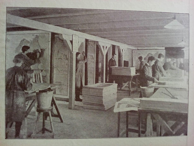 Foto van een werkplaats waar kaarten worden gemaakt (Wolters)