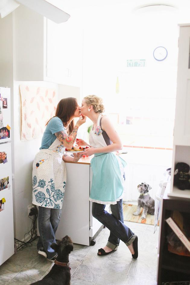 20-Non-Cheesy-Poses-for-Your-Engagement-Shoot-Bridal-Musings-Wedding-Blog-