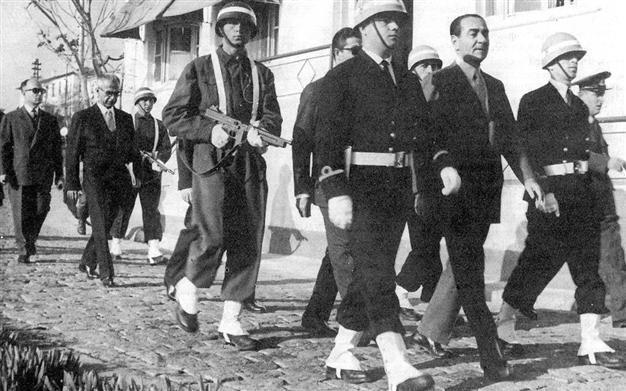 Εικόνα που περιέχει άτομο, υπαίθριος, ομάδα, στρατιωτική στολή  Περιγραφή που δημιουργήθηκε αυτόματα