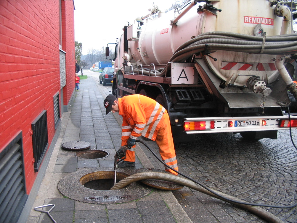 Emptying_of_a_tank_full_with_sewage_by_vacuum_truck_(2921521126).jpg