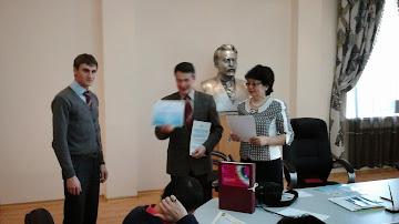 Марат Авдыев и Куралай Ахмединова поздравляют Алсандра Блинова (слева)