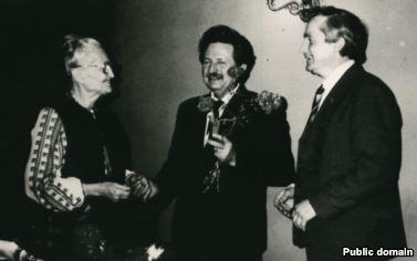 Оксана Мешко разом з членами УГГ (зліва направо): Михайло Горинь та Василь Овсієнко. Приблизно 1990 рік