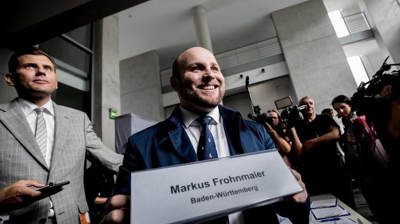 Депутат німецького Бундестагу від AfD Маркус Фронмайєр змушений був звільнити свого радника, якого підозрюють в організації теракту в Україні