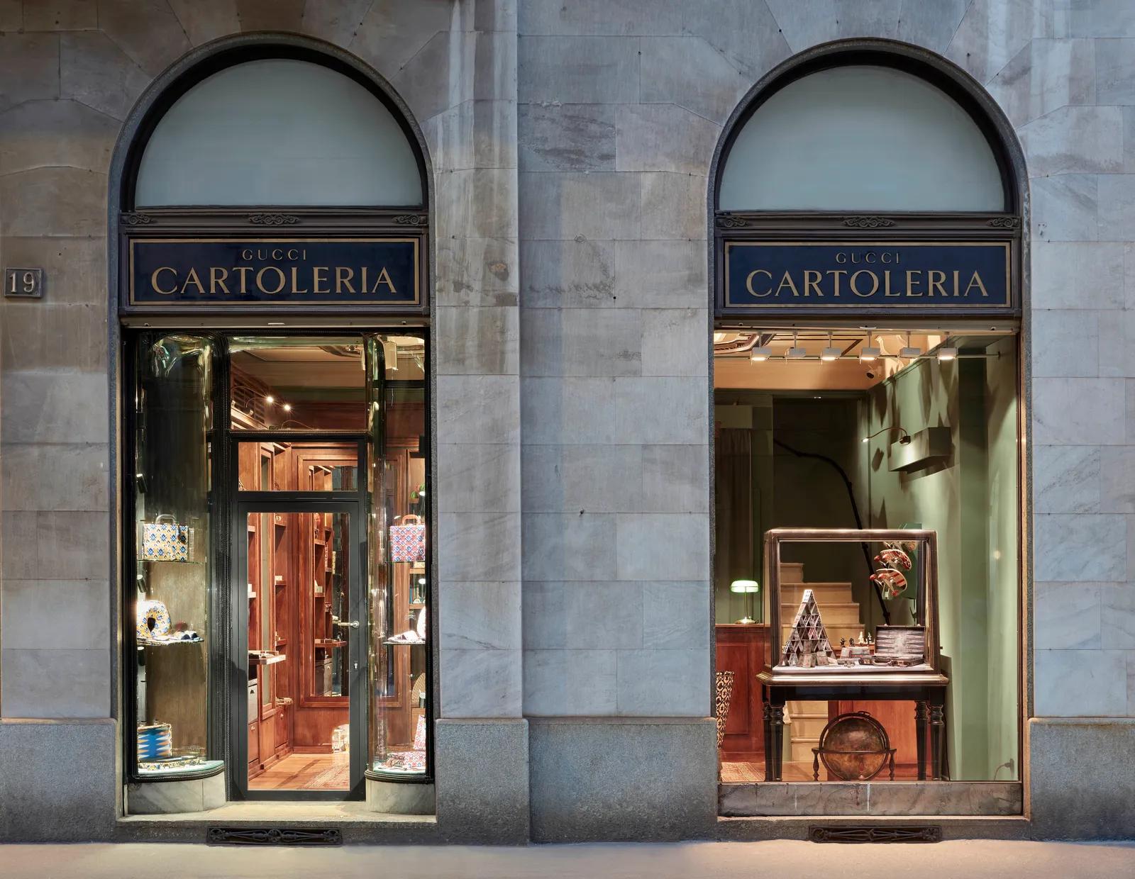 la facciata della cartoleria Gucci, si intravedono libri, astucci che sembrano però inseriti in una dimensione magica