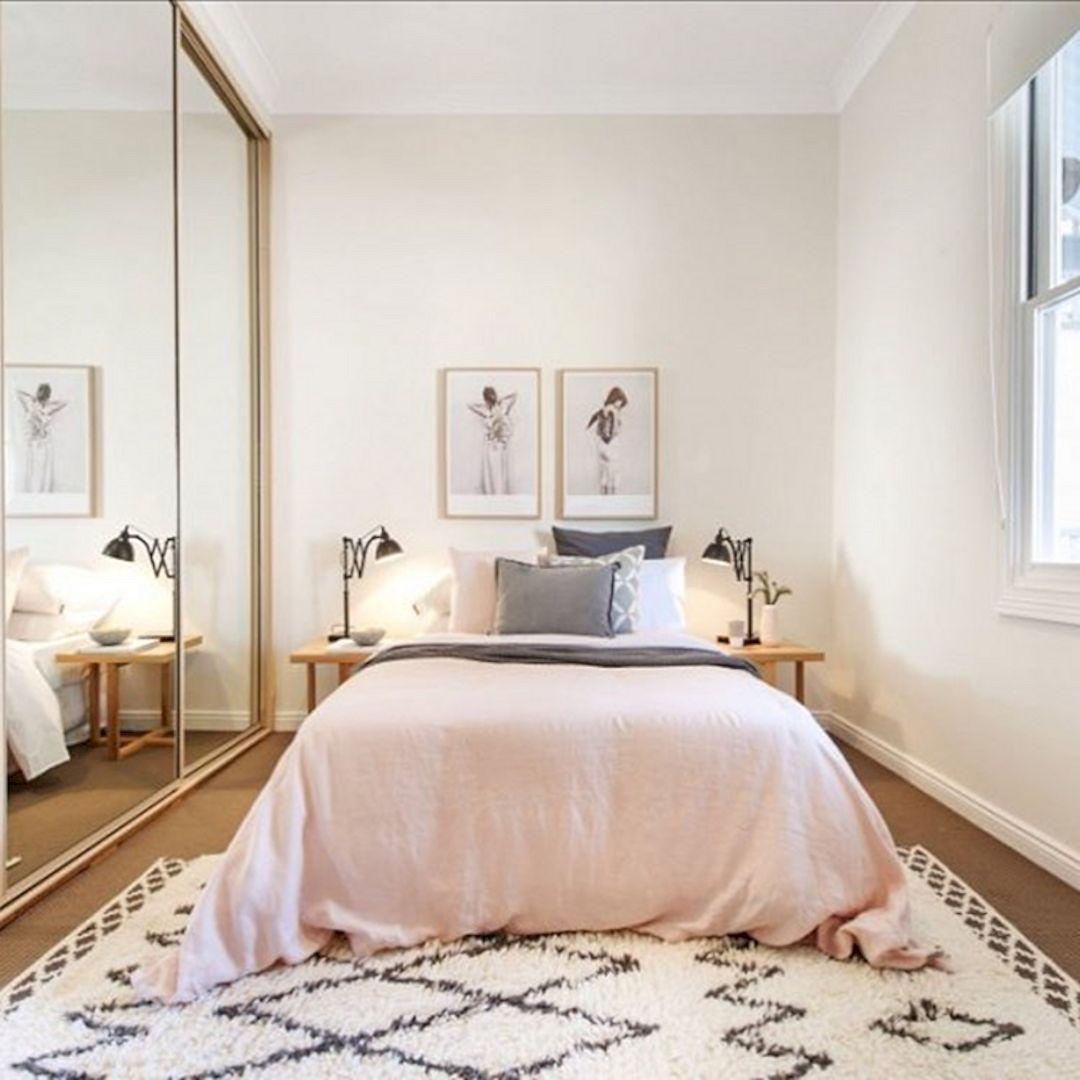 Phòng ngủ có tủ âm tường, thảm, cửa sổ và tranh trang trí đầu giường