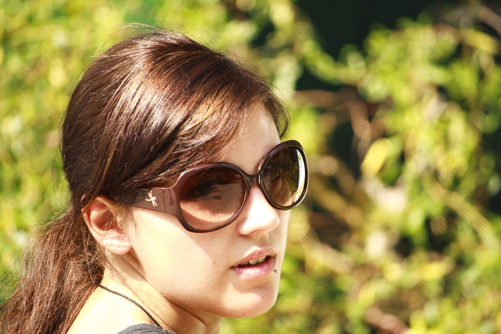 Young_woman_-sunglasses_-visiting_Zoo_Vienna-7Aug2009a.jpg