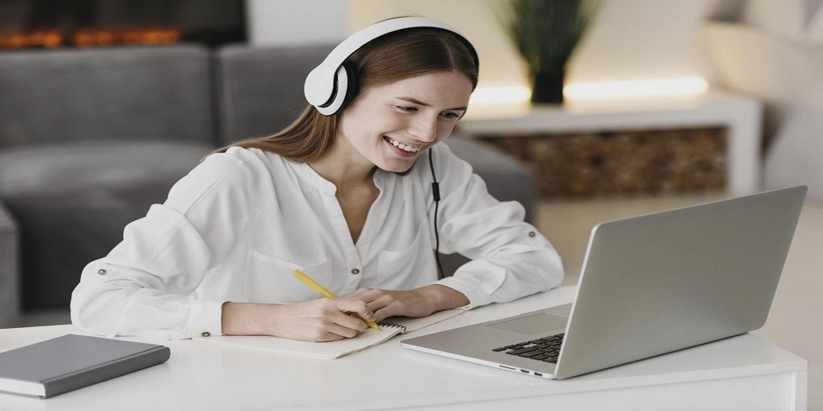 Mulher sentada em frente a computador  Descrição gerada automaticamente