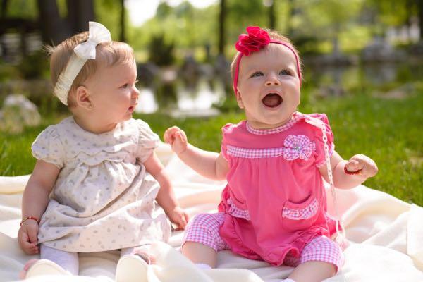 Cần quan tâm đến chất liệu khi chọn đầm cho bé gái sơ sinh
