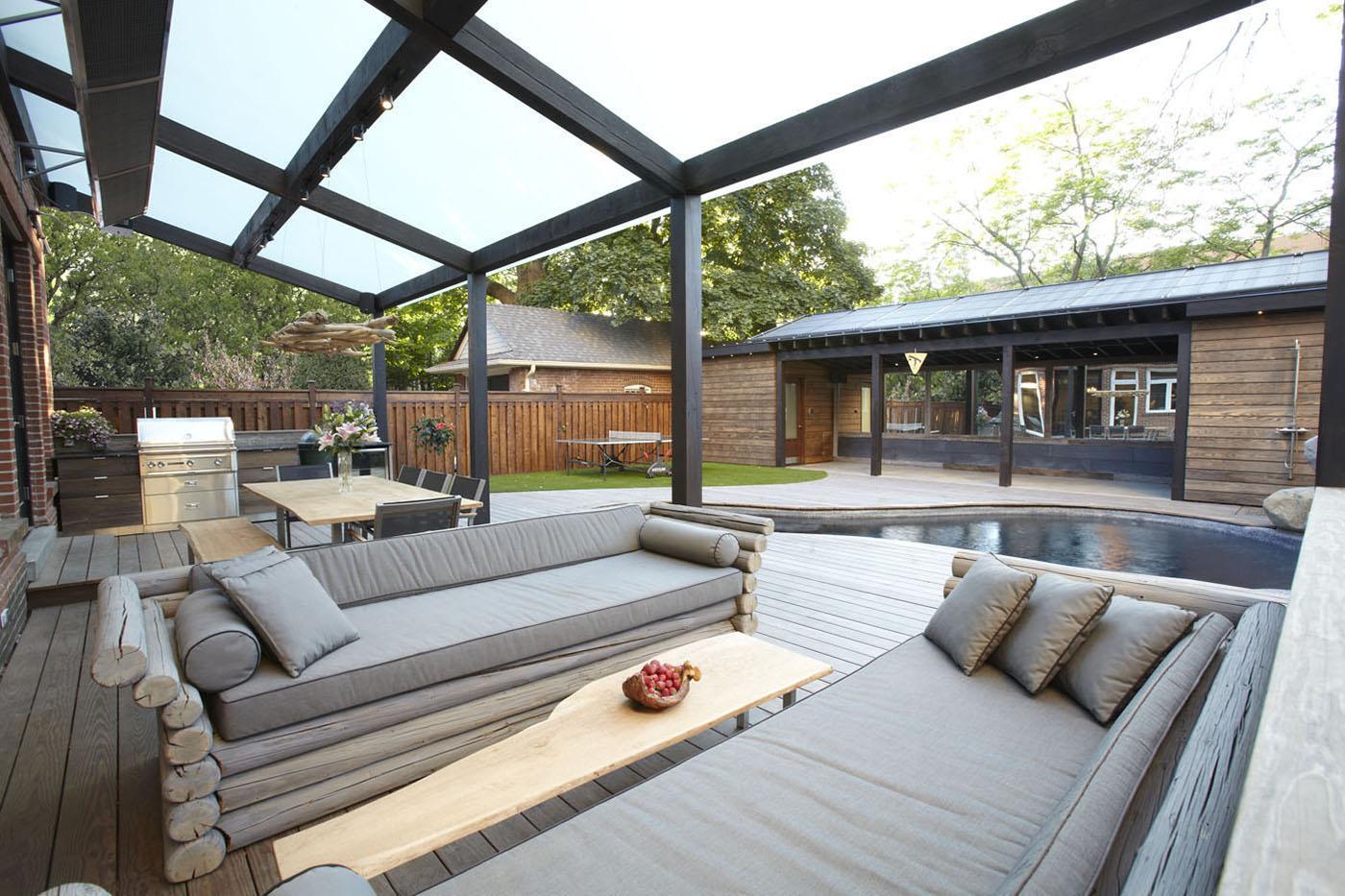 Denne sofa er lavet af træ og ser derfor ud, som om den går i ét med terrassen