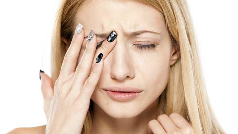 Đau nhức hốc mắt, giảm thị lực là biểu hiện của bệnh viêm xoang bướm mãn tính