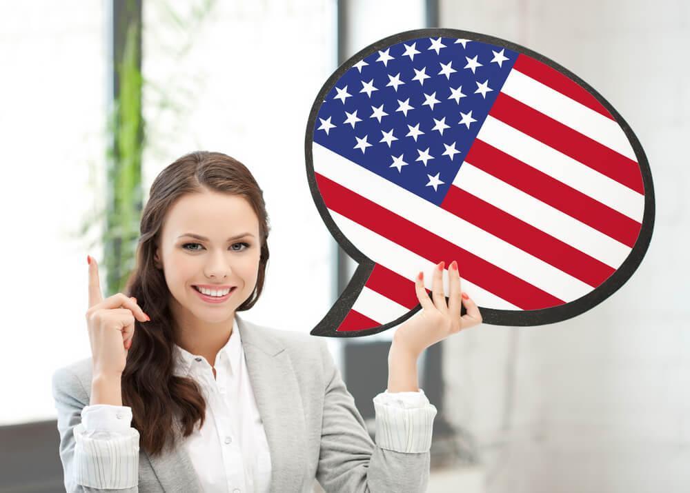 mulher segurando um balão de fala com a imagem dos Estados Unidos
