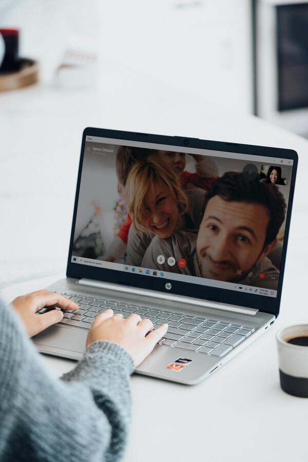 Foto do computador mostrando uma ligação pelo zoom com amigos