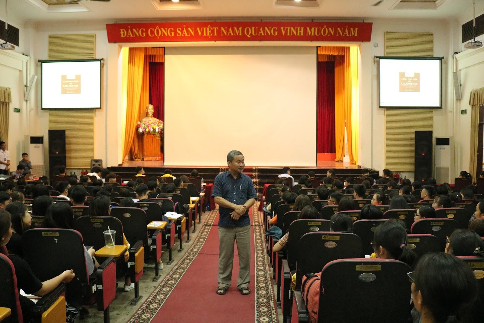 Thầy Phan Quốc Việt chia sẻ với sinh viên về hình thành thái độ trong học tập, công việc