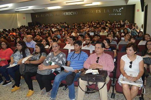 La imagen puede contener 22 personas personas sentadas y multitud