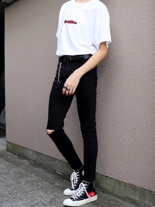 Phối áo thun trắng với quần quần jean đen