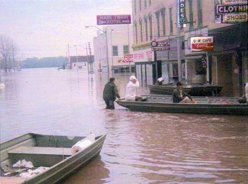 Hannibal Flood 1951 on Main St.png