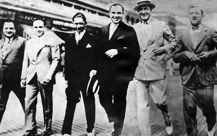 Договорщик: Наки Джонсон (второй справа) принимает бутлегеров из Чикаго. Справа от него - Альфонсо Капоне