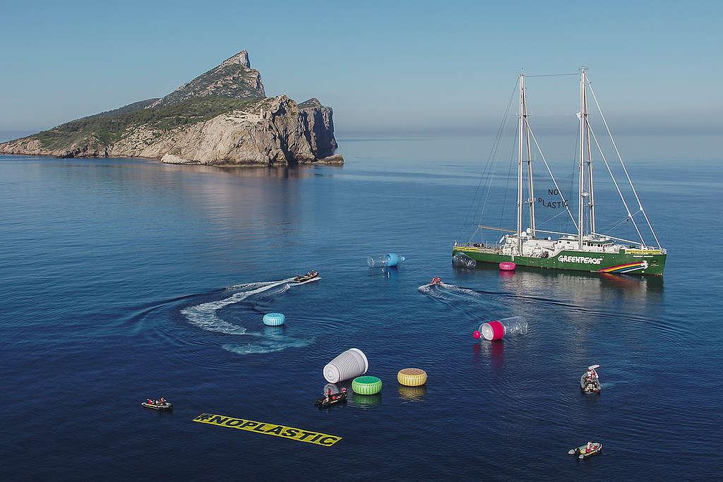 The Rainbow Warrior protesting the plastic problem in the Mediterranean Sea © Pedro Armestre / Greenpeace