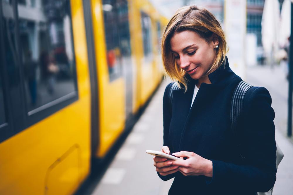 Mulher sorrindo usando o celular