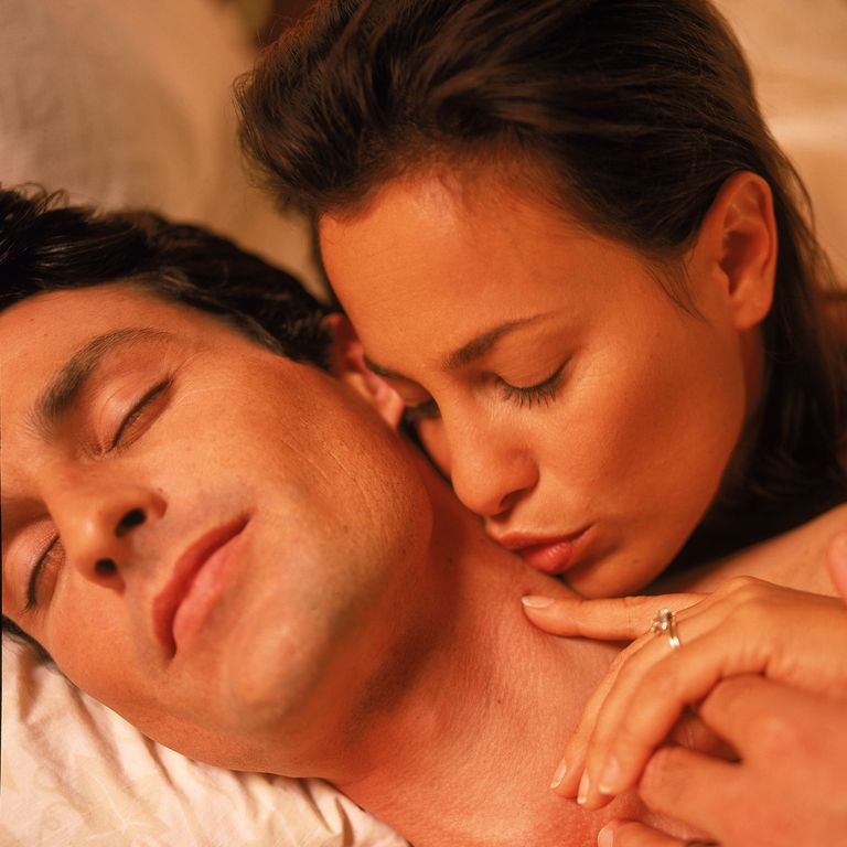 Sieviete skūpsta vīrieša kaklu