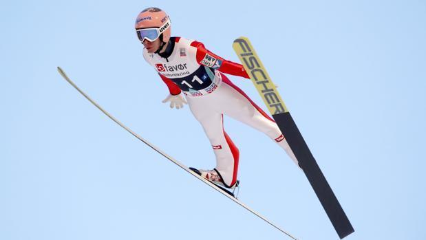 Stefan Kraft volando con sus esquís en la prueba de saltos.