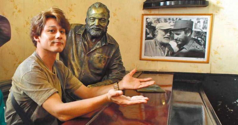 廖科溢在海明威最愛古巴小酒館暢飲「Daiquiri」。(圖/亞洲旅遊台提供)