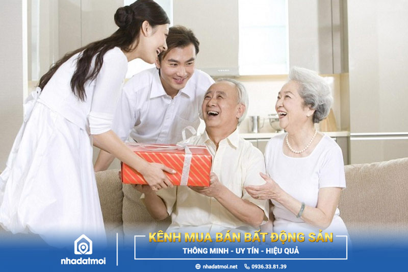 Chúc Tết bố mẹ chồng, bố mẹ vợ là phong tục đẹp của người Việt