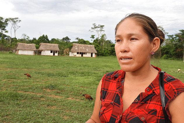 """Sandra Justiniano cree que la selva amazónica es parte integral de la vida y la cultura de su gente. """"Debemos cuidarlo, detener la tala de árboles, la quema…"""", dice ella. Crédito: Teófila Guarachi/ONU Mujeres"""