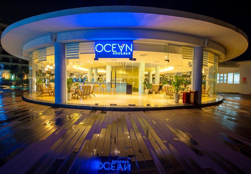 ocean pool bar FLC Luxury Hotel Quy Nhơn