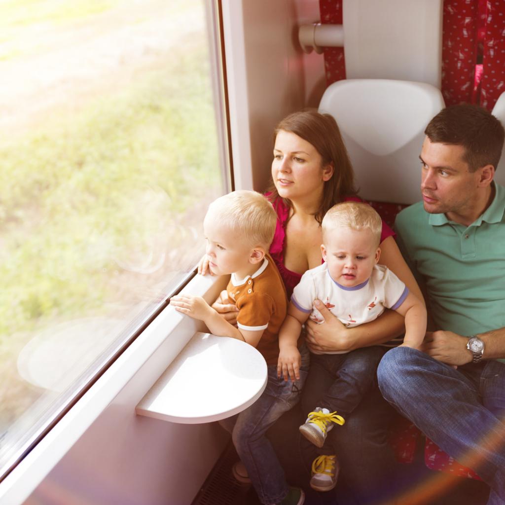 La imagen tiene un atributo ALT vacío; su nombre de archivo es consejos-para-vacaciones-con-bebes-tren-1024x1024.png