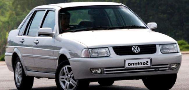 Volkswagen Santana Prata visto desde a dianteira