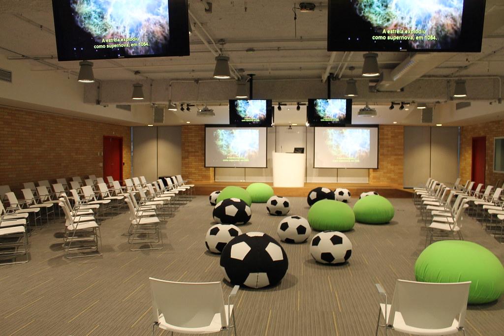 Sala de reunião com pufes e cadeiras divertidas