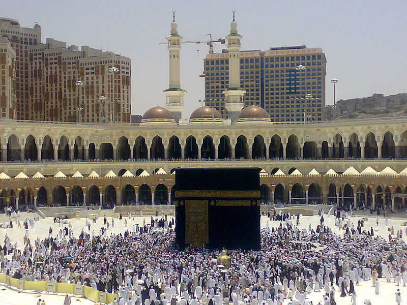 Contemporary picture of the Ka'aba, draped in black cloth and surrounded by pilgrims on the Haaj.