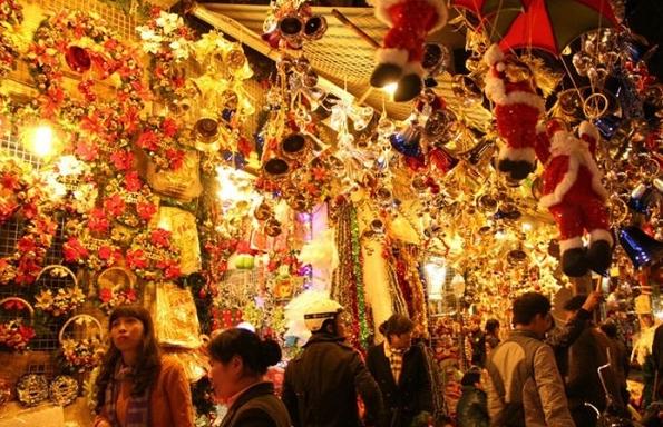 Có rất nhiều đồ trang trí Giáng sinh đẹp được bán ở khu phố Tàu